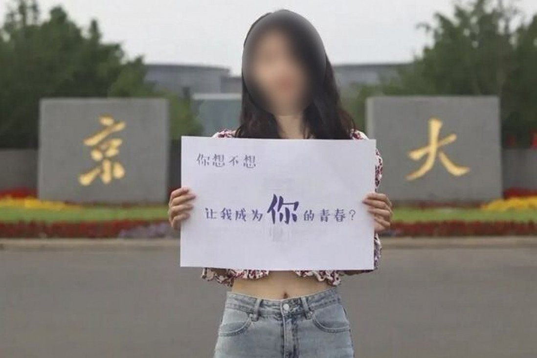 """một nữ sinh viên ăn mặc khá """"mát mẻ"""", đang cầm tấm biển có dòng chữ: """"Bạn có muốn tôi trở thành một phần tuổi trẻ của bạn không?"""""""