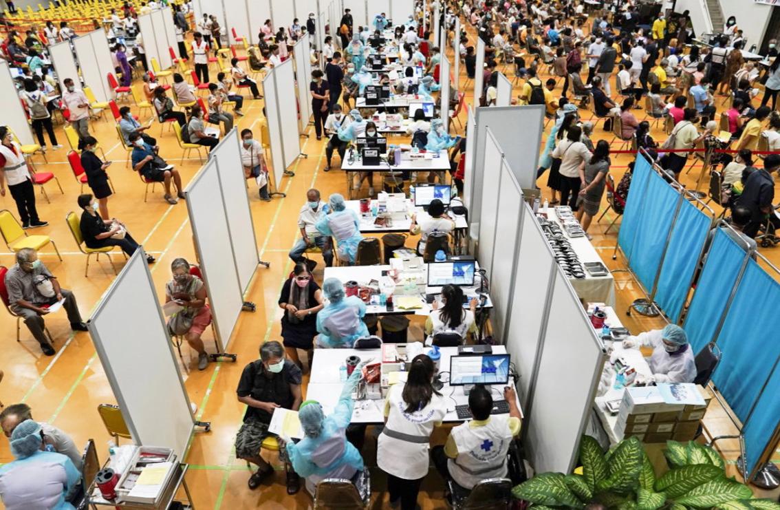 Thái Lan bắt đầu tiêm chủng vắc-xin COVID-19 AstraZeneca sản xuất trong nước cho dân chúng hôm 7/6 - Ảnh: Reuters