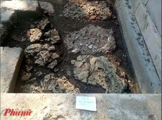 Xuất lộ hệ thống đá ong bó vỉa sát móng nền chái Tây điện Thái Hòa