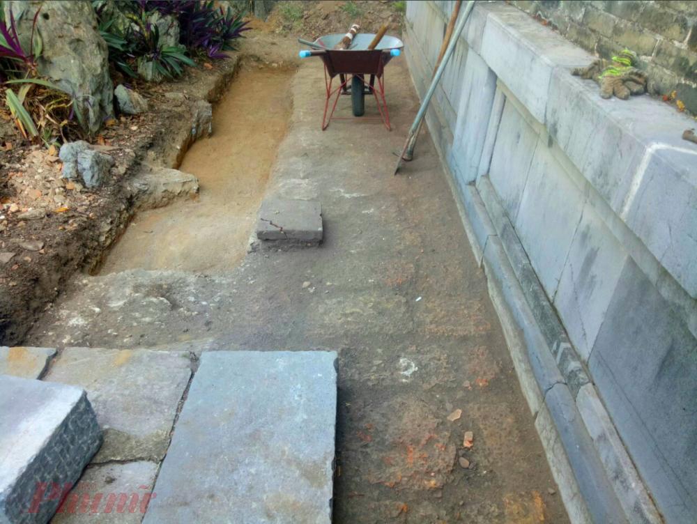 Xuất lộ thềm móng bậc cấp bên chái Tây điện Thái Hòa