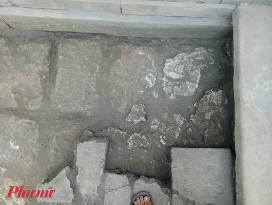 Xuất lộ bó vỉa sát móng chái Tây điện Thái Hòa