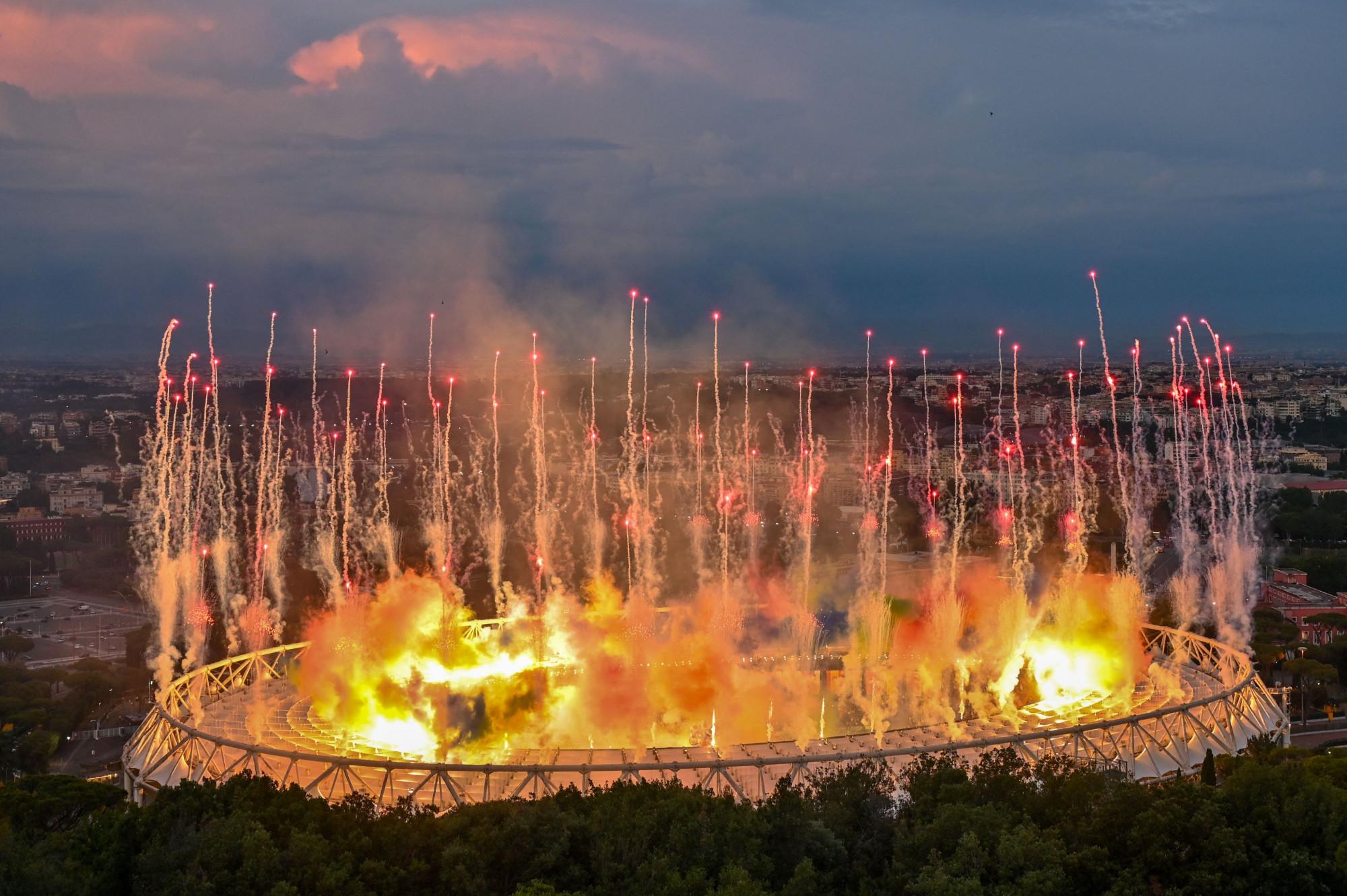 Rạng sáng 12/6, lễ khai mạc Euro 2020 đã được chính thức diễn ra tại sân vận động Stadio Olimpico, ở thủ đô Rome Ý, sau hơn 1 năm bị dời lịch vì ảnh hưởng của đại dịch COVID-19.