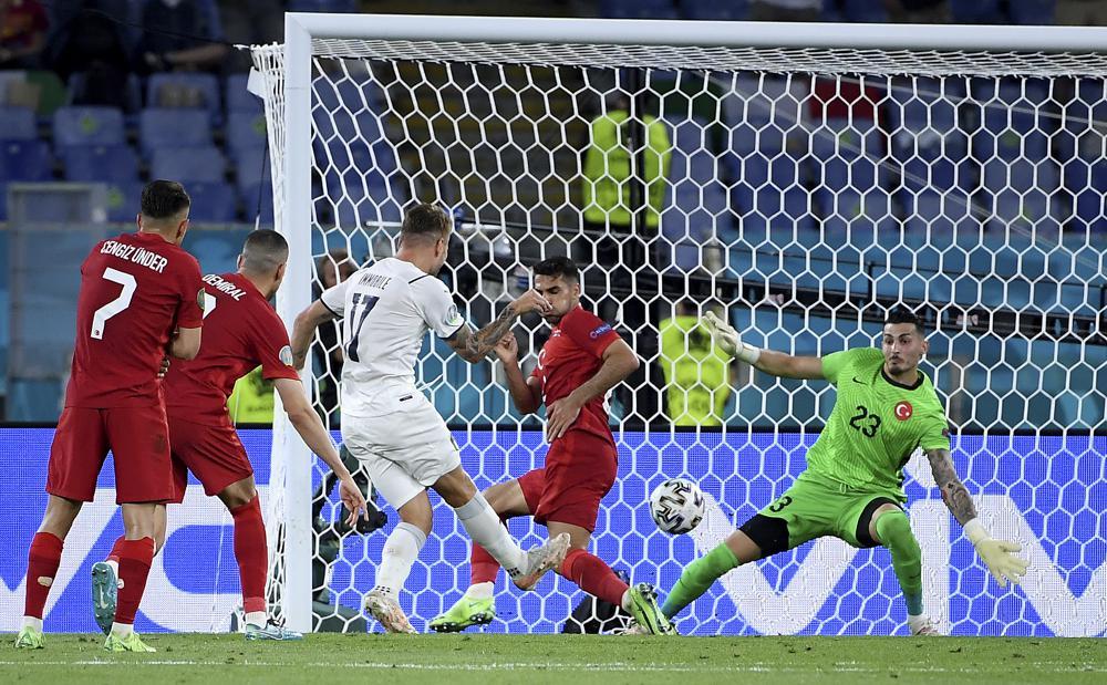 Trái với dự đoán ngang tài ngang sức ban đầu của giới chuyên môn, trận đấu diễn ra với thế trận một chiều, khi Ý tỏ ra vượt trội trên mọi mặt về thời gian kiểm soát bóng và tạo ra nhiều tình huống nguy hiểm, uy hiếp khung thành đội tuyền Thổ Nhĩ Kỳ.