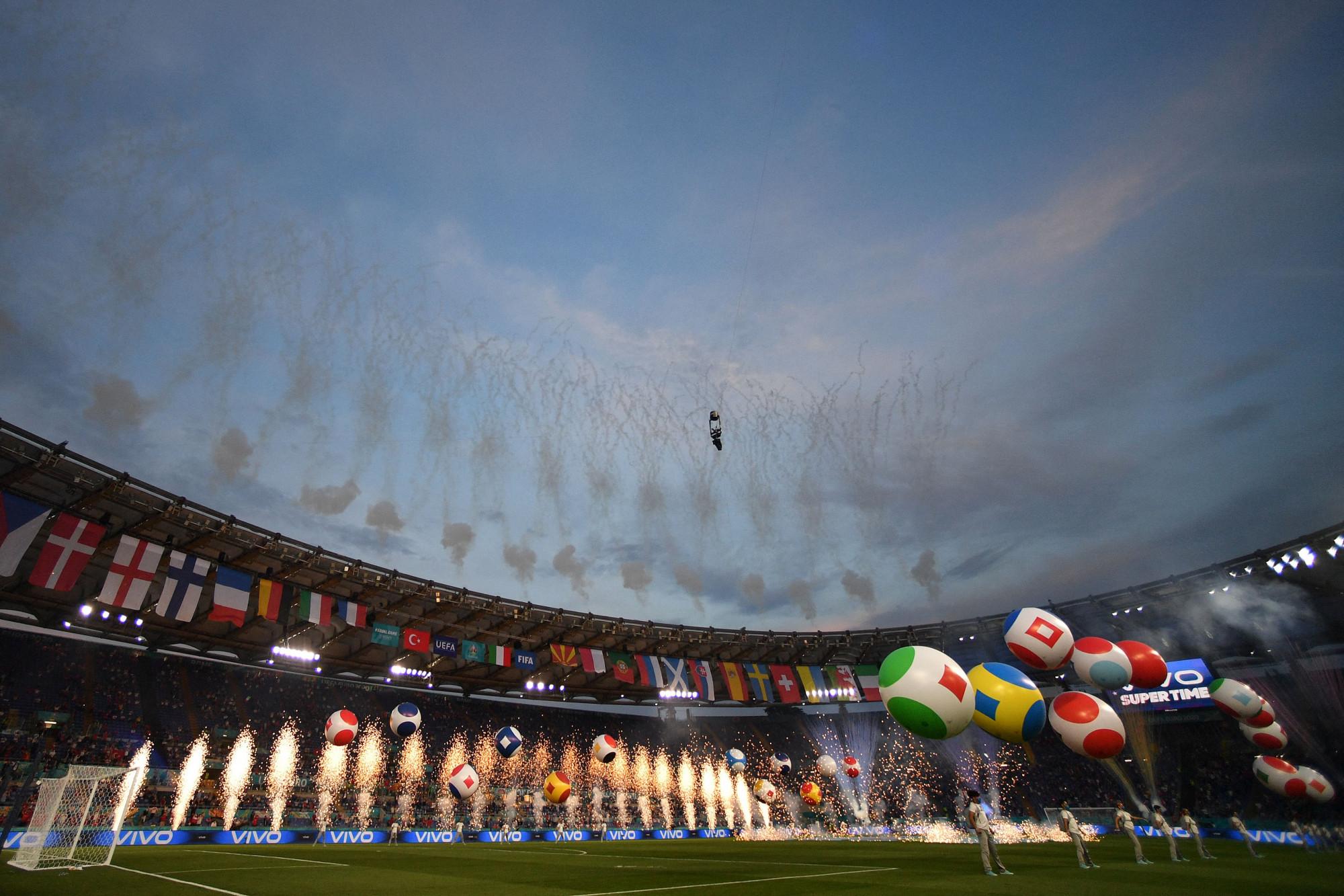 Euro 2020 sẽ diễn ra trong 31 ngày, từ ngày 12/6-12/7/2021, với sự tranh tài quyết liệt của 24 đội bóng trong 51 trận đấu, hứa hẹn sẽ mang đến bầu không khí sôi động cho người hâm mộ môn túc cầu.