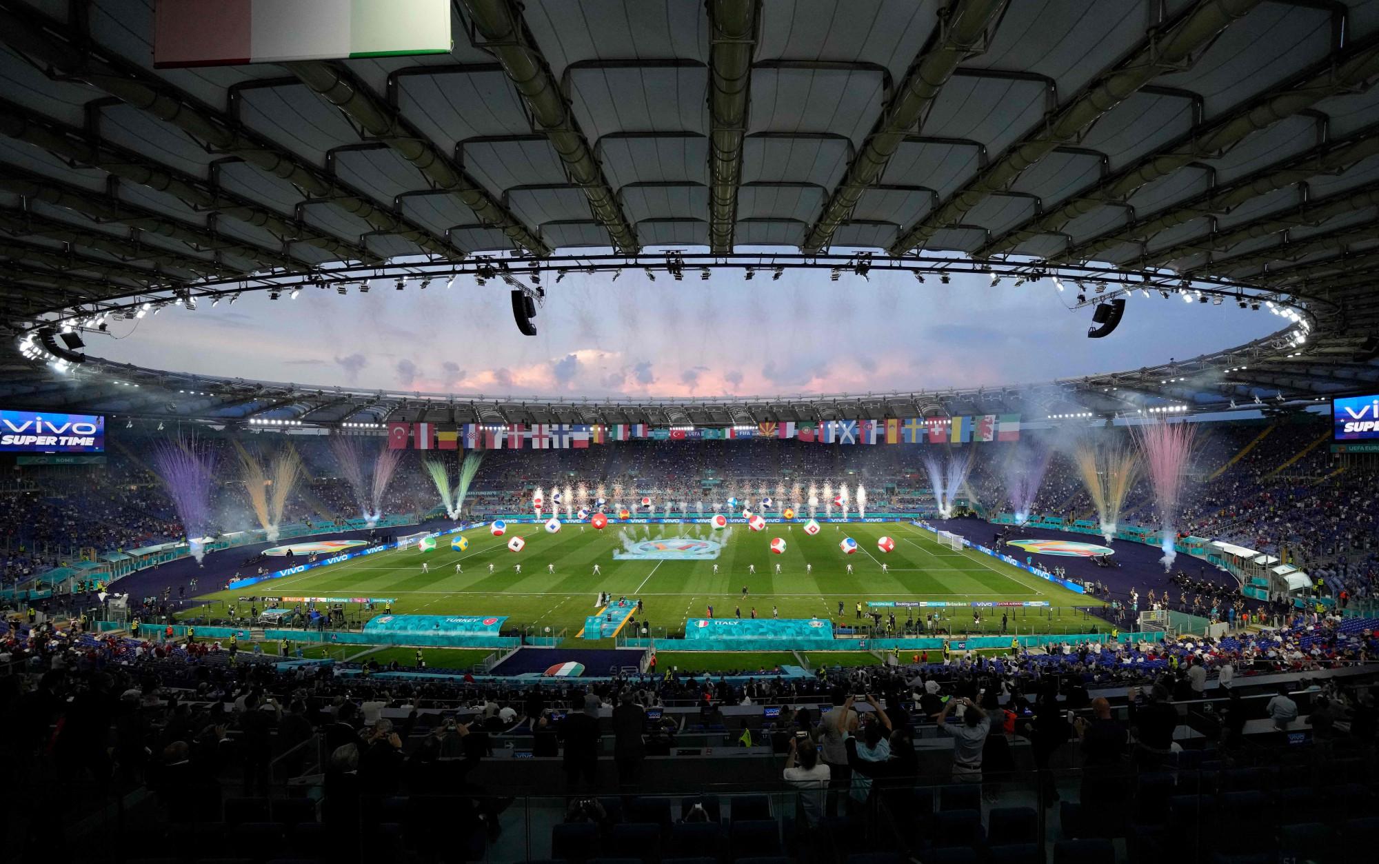 Sân vận động Stadio Olimpico với sức chứa 70.000 chỗ ngồi nhưng để đảm bảo tuân thủ đúng các quy định phòng chống dịch COVID-19, chỉ khoảng 16,000 đến 18,000 khán giả được vào sân. Theo Bộ trưởng thể thao Ý Vincenzo Spadafora, quyết định mở cửa cho khán giả tham gia đã là nỗ lực rất lớn của chính phủ sau một thời gian vận động, đấu tranh.