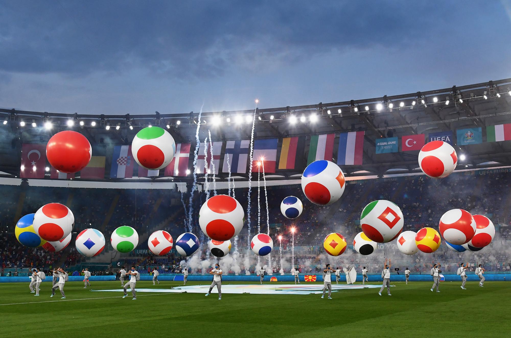 Euro 2020 không chỉ đánh dấu kỷ niệm 60 năm của giải đấu mà còn được xem là kỳ Euro đặc biệt nhất trong lịch sử vì khâu tổ chức. Thay vì 1 hoặc 2 quốc gia đăng cai giải đấu như trước, thì kỳ Euro năm nay sẽ được diễn ra ở 11 sân vận động của 11 quốc gia.
