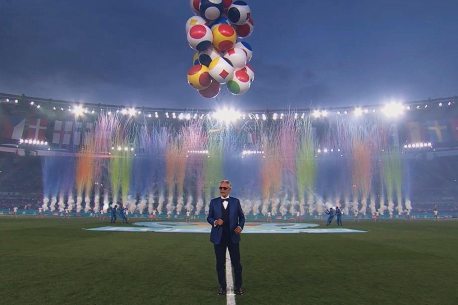 Nam ca sĩ Andrea Bocelli, người đã bình phục sau COVID-19 vào năm 2020, đã có màn trình diễn chạm đến trái tim của hàng triệu người ở Ý qua bài hát mang tính biểu tượng Nessun Dorma, đây là bài hát chính thức của Italia 90.