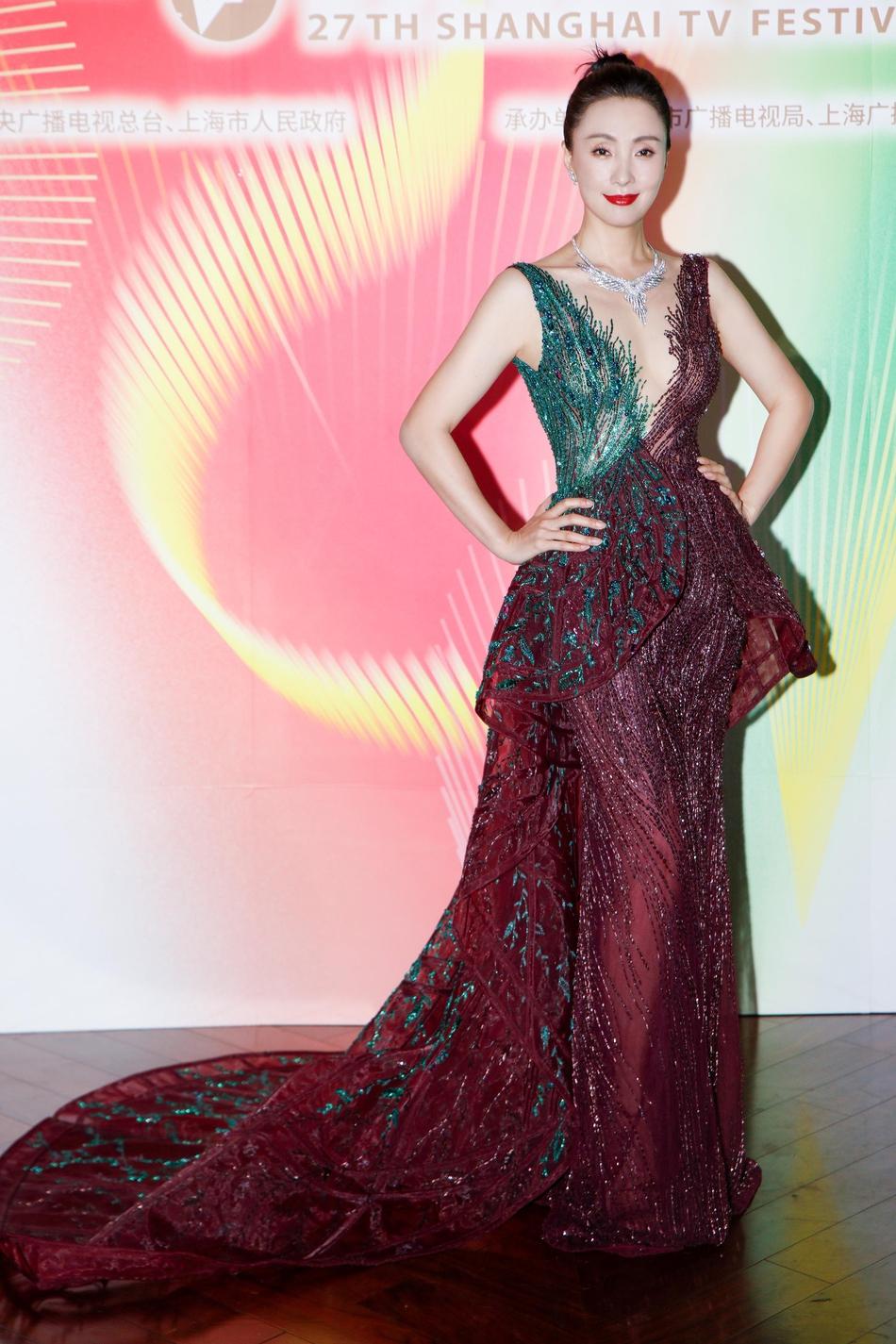 Tối 10/6, Liên hoan phim truyền hình quốc tế Thượng Hải khai mạc. Đào Hồng là một trong những sao nữ diện trang phục đẹp, cuốn hút, nhận  nhiều lời khen từ truyền thông. Sina, Sohu... đều đăng tài hình ảnh riêng của cô trong bộ đầm màu đỏ rượu tôn lên làn da trắng sáng.