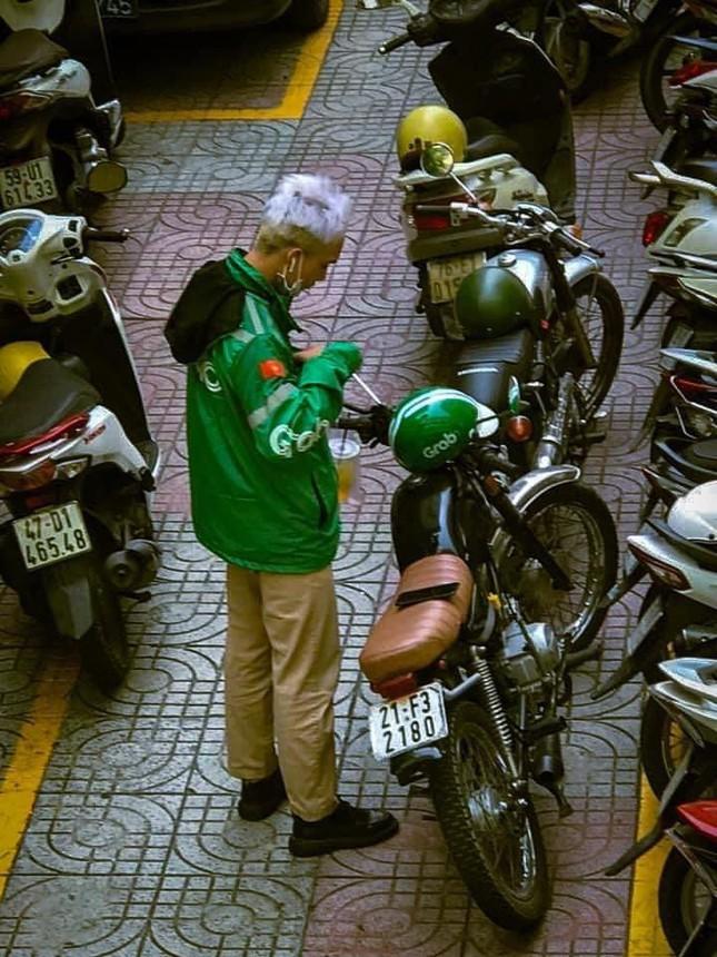 Diễn viên Tạ Tuấn chãy xe ôm công nghệ