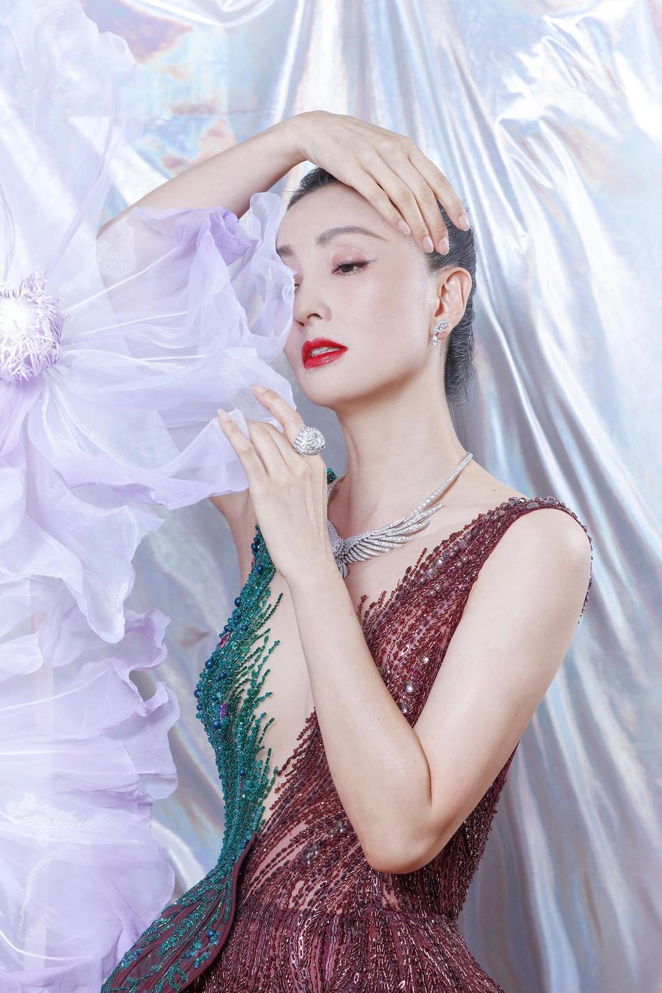 Giá bộ váy khoảng 100 triệu đồng. Hoàng Hải cho biết kỹ thuật đính kết tinh tế cùng việc bố trí chi tiết theo hiệu ứng loang màu được xem là đỉnh cao trong các trang phục do anh tạo ra trong khoảng năm 2018.