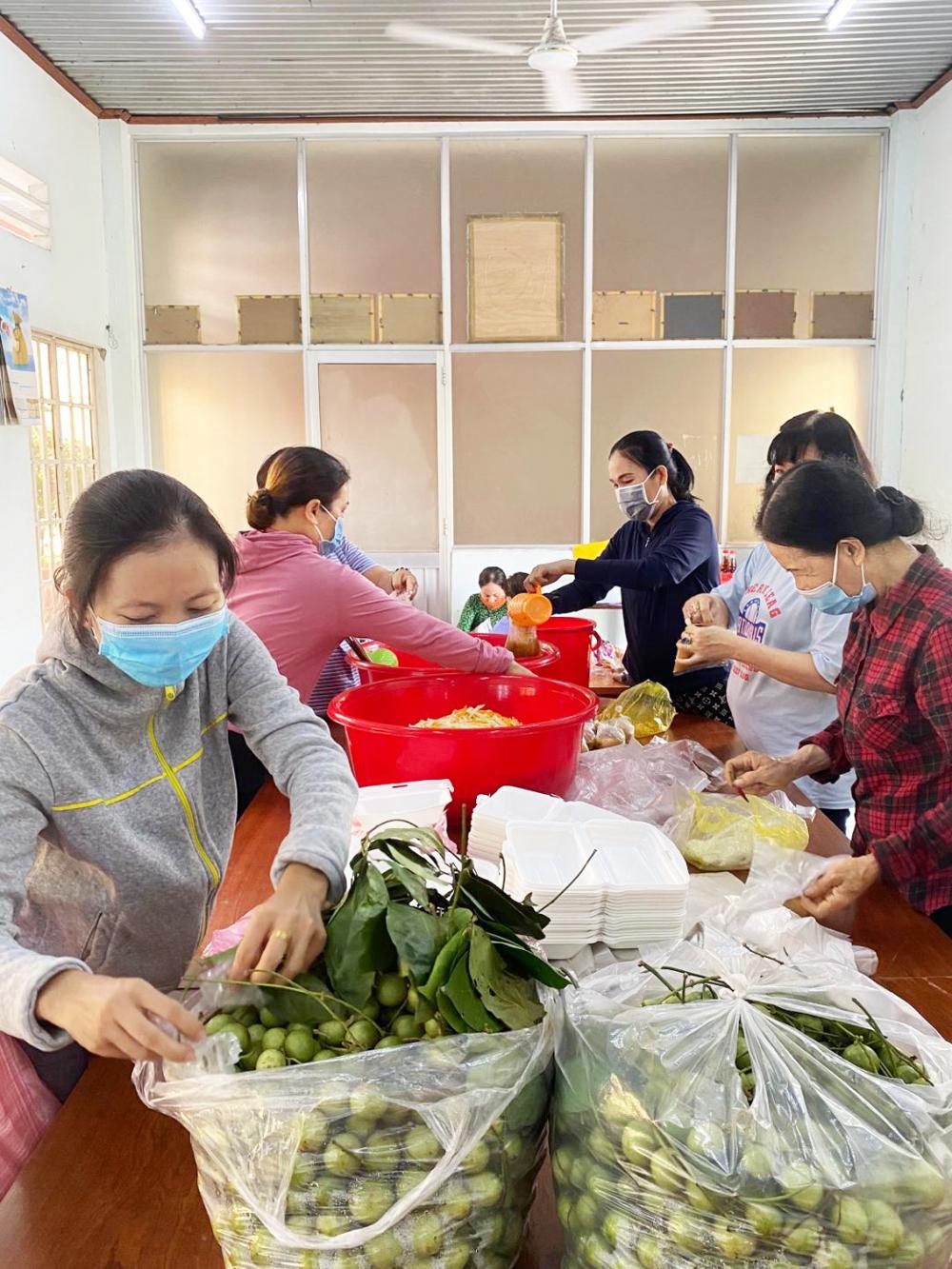 Phụ nữ xã Xuân Thới Sơn nấu cơm và chuẩn bị món tráng miệng chi viện cho khu cách ly