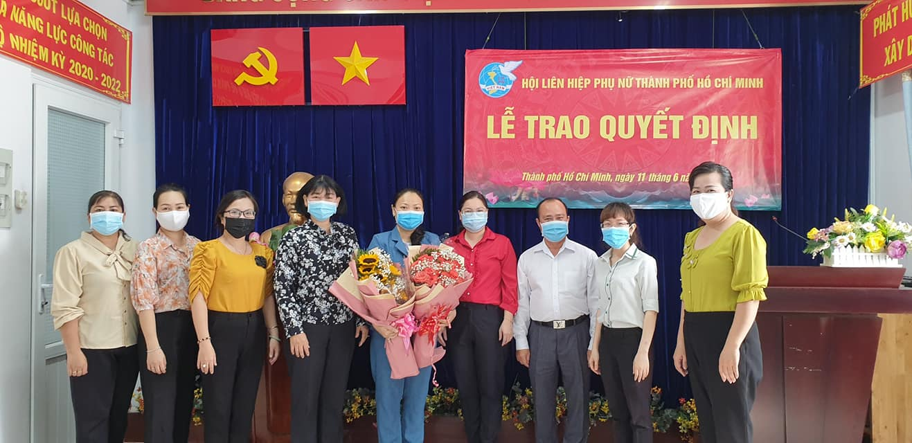 Tân chủ tịch Hội LHPN Q.8 (giữa) nhận hoa chúc mừng của lãnh đạo quận ủy và Ban chấp hành Hội LHPN Q.8