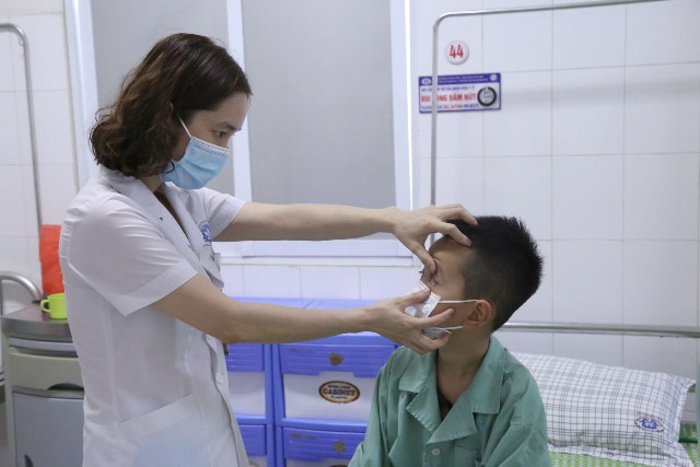 Bác sĩ Dung kiểm tra mắt cho người bệnh