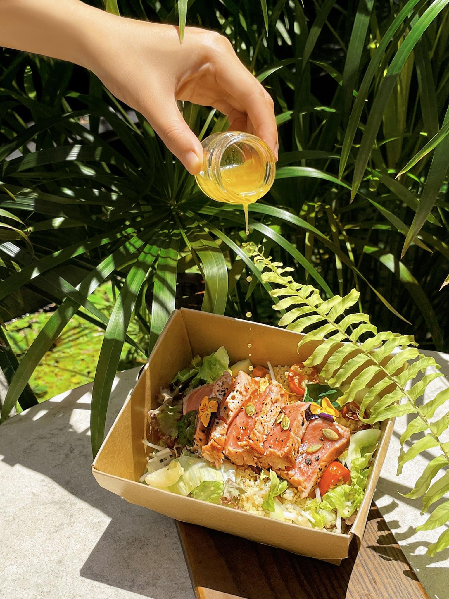 Bạn đã trải nghiệm thử thực đơn mang đi hấp dẫn của Hôtel des Arts Saigon chưa? Thoải mái an tâm thưởng thức bữa trưa ở văn phòng hay bữa tối ở phòng ăn tại gia. Thực đơn sẵn sàng cho bạn takeaway (mang đi) từ 10h sáng đến 10h tối.