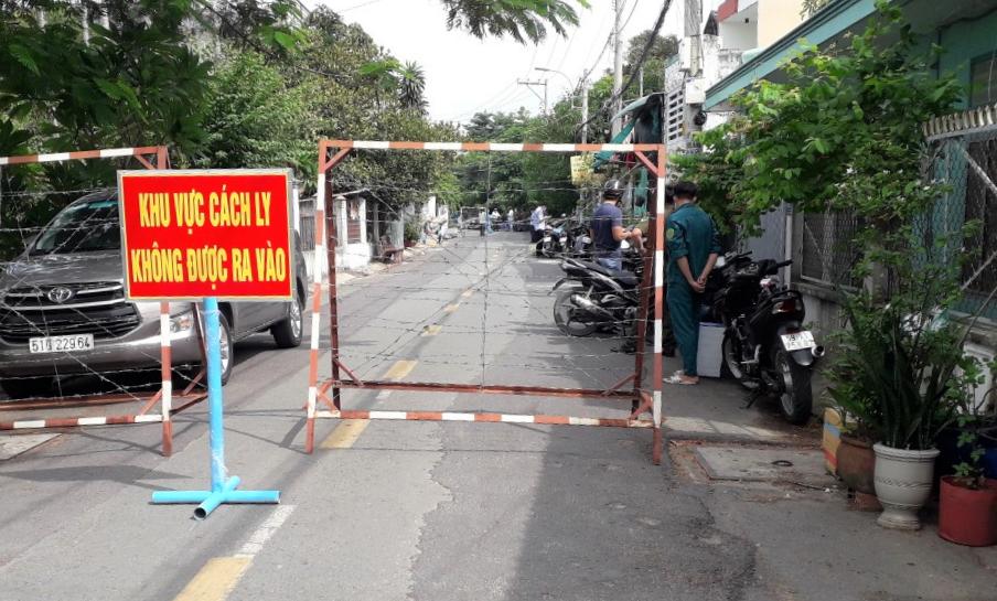 Một con hẻm tại huyện Hóc Môn có ca mắc COVID-19 bị phong tỏa.