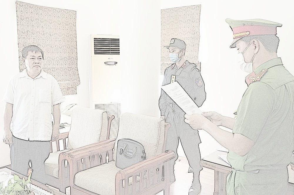 Đối tượng Ngô Văn Thu nghe cơ quan đọc lệnh bắt