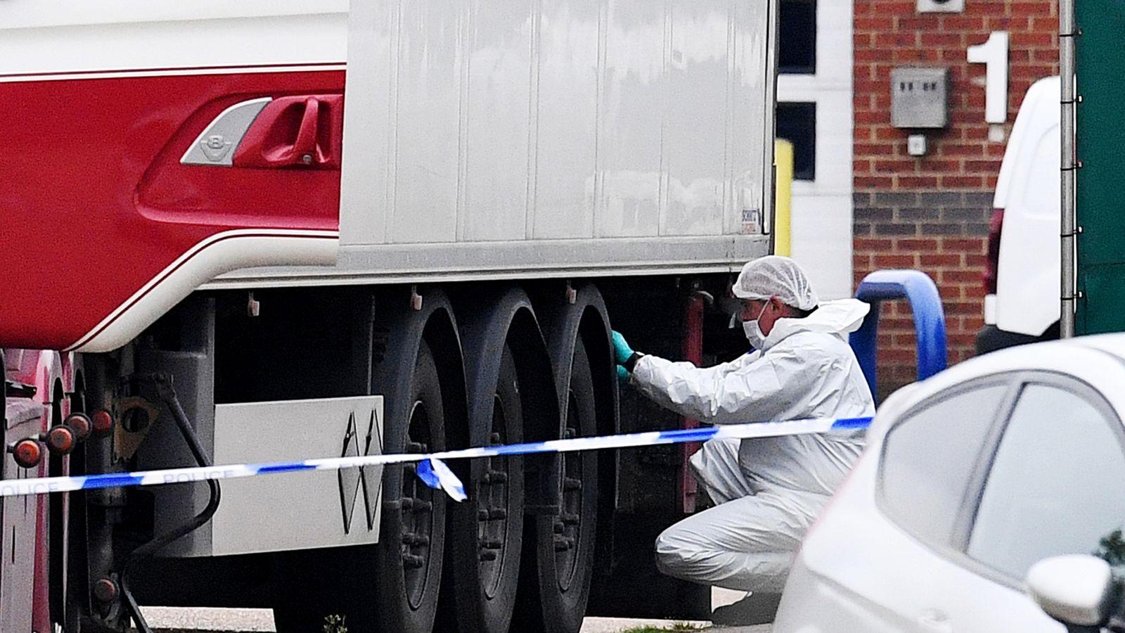 Ba mươi chín người trong xe kéo của xe tải được tìm thấy đã chết trong một khu công nghiệp ở Grays