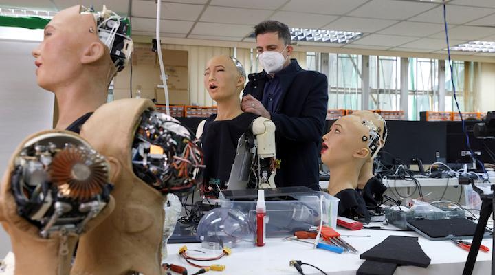 Lực lượng y tá robot được kỳ vọng sẽ thay thế phần nào công việc của đội ngũ nhân viên y tế vốn đang quá sức trong cuộc chiến chống COVID-19 - Ảnh: Tyrone Siu/Reuters