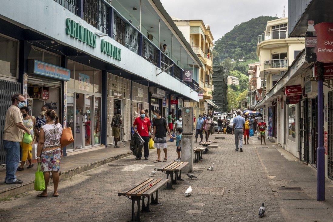 Người đi bộ đi trên một con phố ở thủ đô Victoria, Seychelles. Tệp ảnh: AP