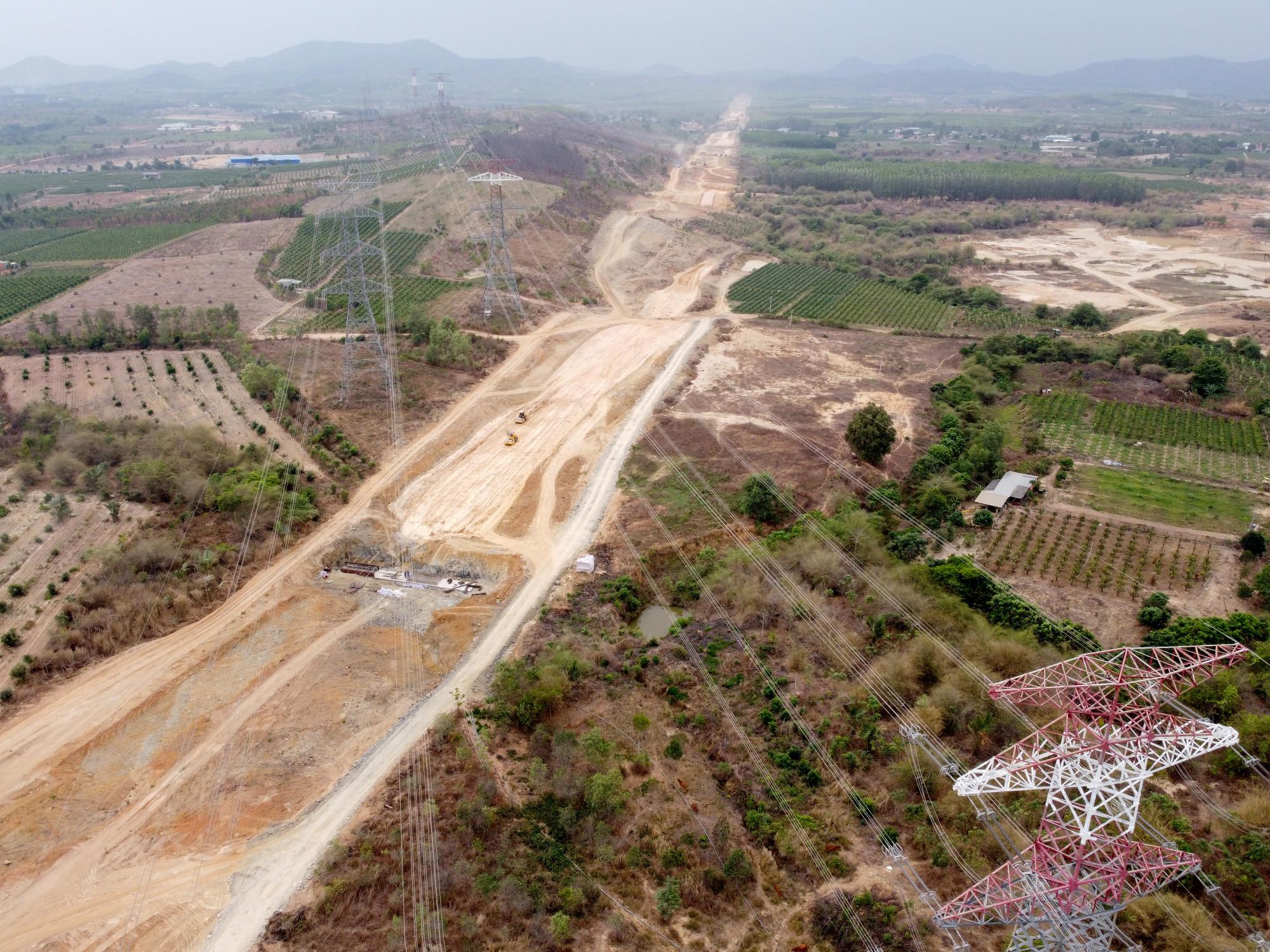 Đường dây điện cao thế chưa được di dời qua khu vực thi công cao tốc Bắc - Nam thuộc huyện Hàm Tân. Ảnh: Trường Nguyên