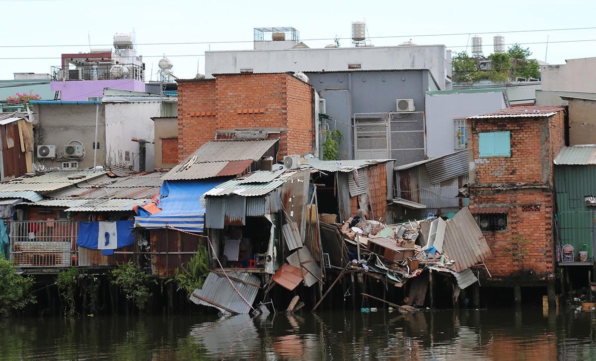 Hai căn nhà lấn chiếm kênh, rạch trên địa bàn quận 8 bị sập, lún