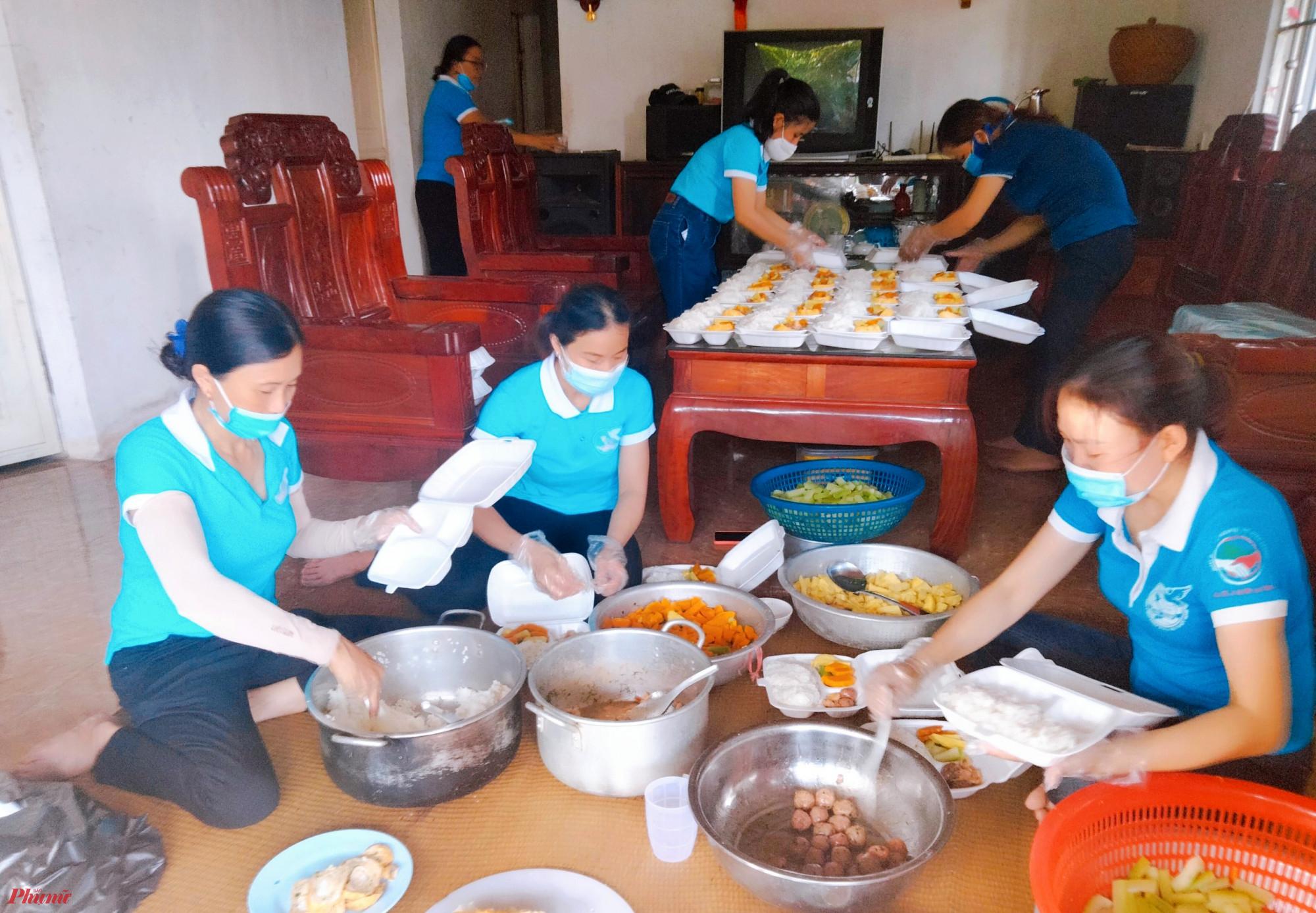 Nấu cơm phục vụ các khu vực cách ly