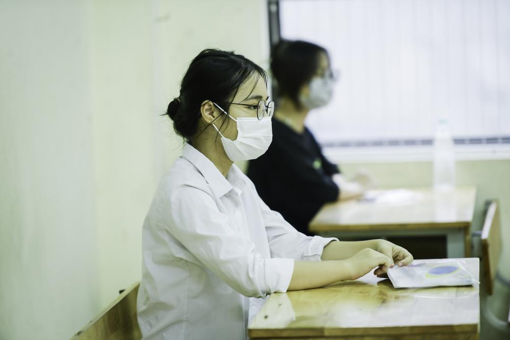 Trong sáng 12/6, các học sinh làm bài thi môn Ngữ văn (trong 90 phút, từ 8h30 đến 10h), Ngoại ngữ (trong 45 phút, từ 10h30 đến 11h15).
