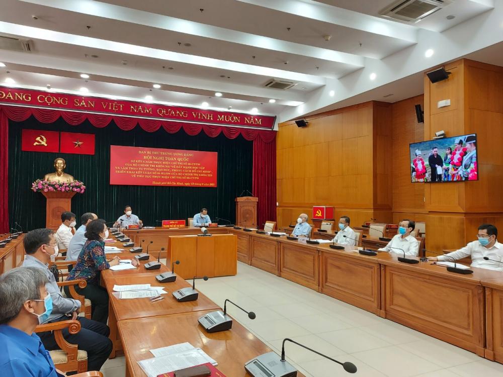 Các đại biểu tại điểm cầu TPHCM xem phóng sự về kết quả 5 năm thực hiện Chỉ thị 05-CT/TW.