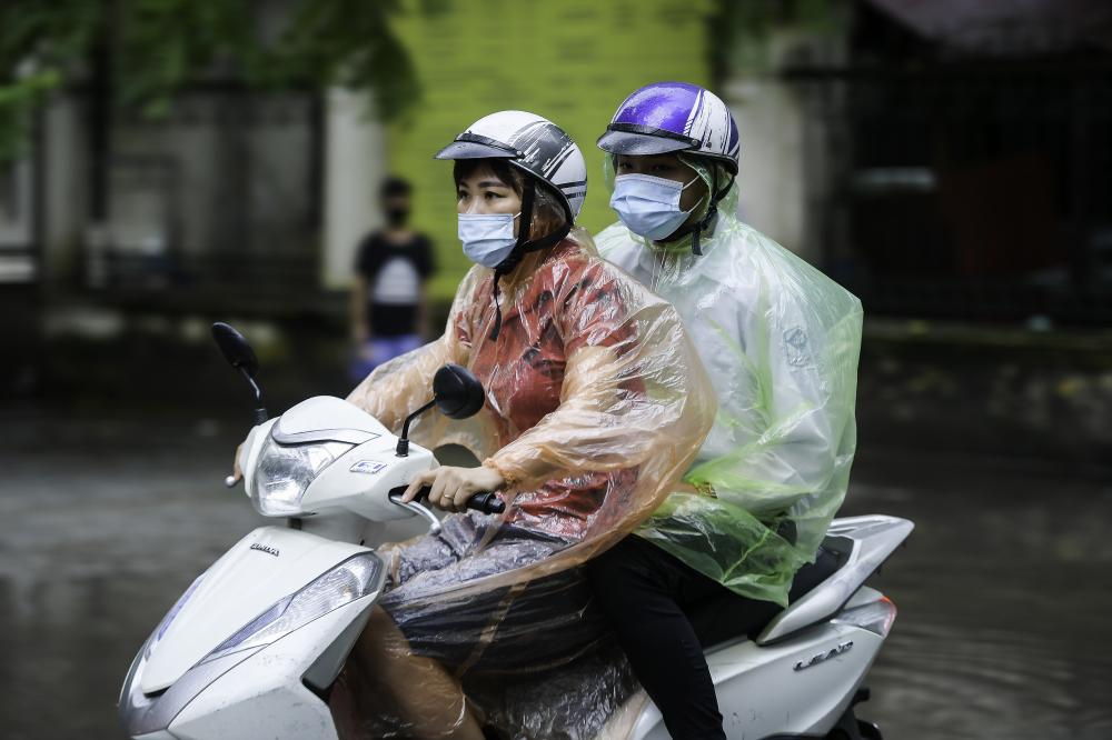 Theo ghi nhận của PV tại điểm thi THPT Khương Đình, do thời tiết Hà Nội có mưa lớn, nhiều phụ huynh và sĩ tử khó khăn di chuyển để đến được điểm thi.