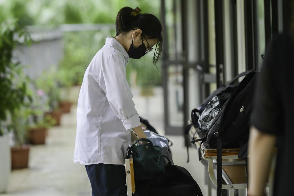 Thí sinh vào phòng thi cần bỏ tất cả những vật dụng không liên quan ở bên ngoài.