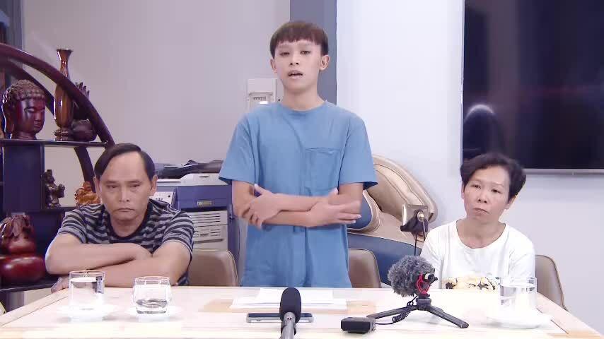 Hồ Văn Cường đứng khoanh tay xin lỗi Phi Nhung, với sự chứng kiến của ba mẹ ruột em