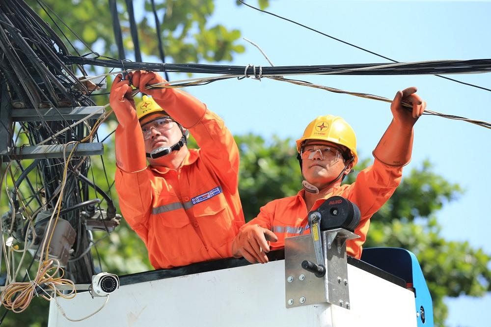 EVNHCMC chủ động sửa chữa, bảo trì hệ thống điện trước mùa mưa bão. Ảnh: EVNHCMC