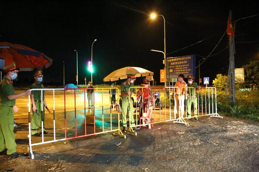 Lực lượng chức năng lập 6 chốt tạm thời phong tỏa 274 hộ dân