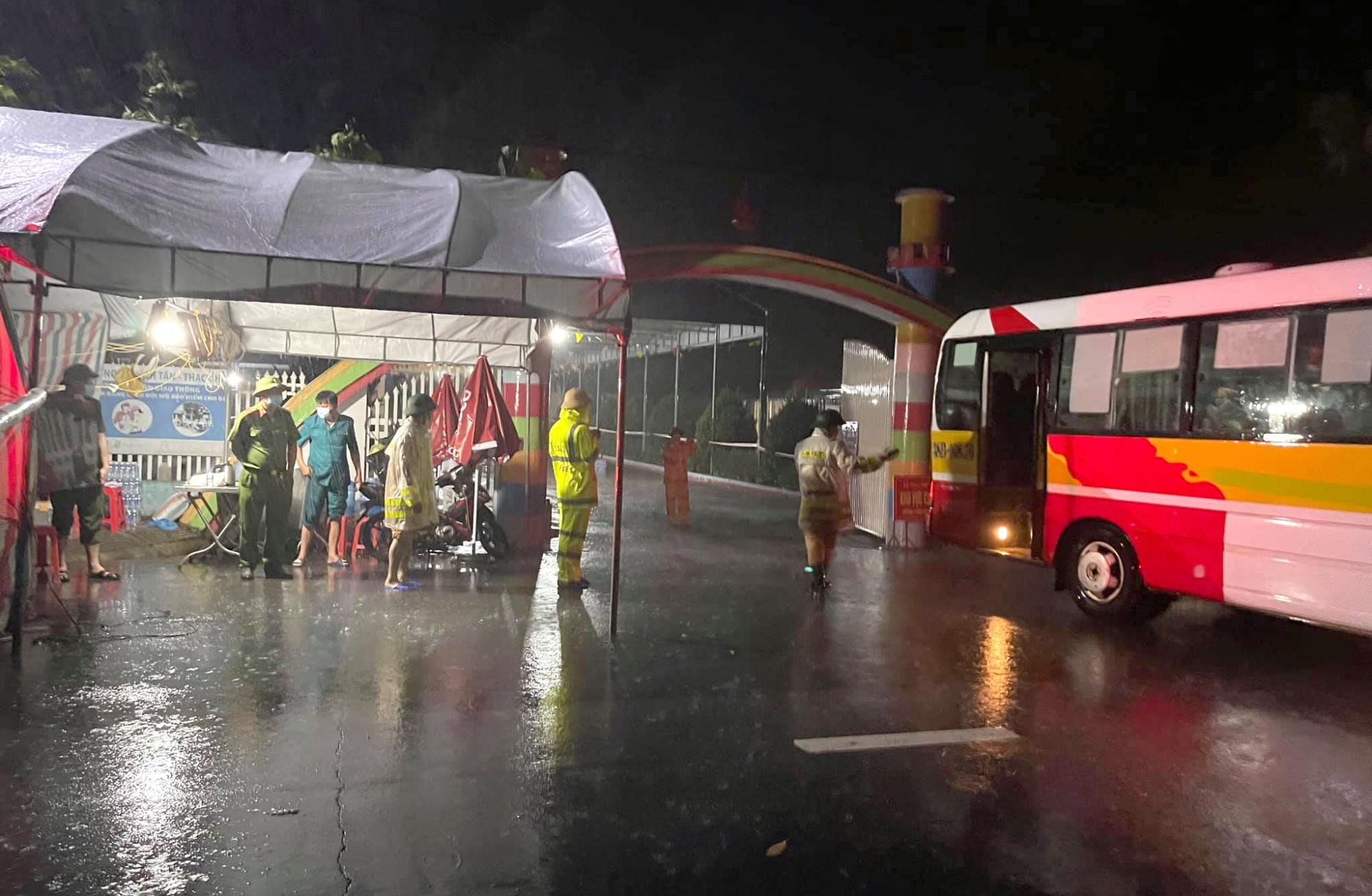 Những chiếc xe buýt lần lượt được điều tra chốt chống dịch để thay thế cho lều bạt