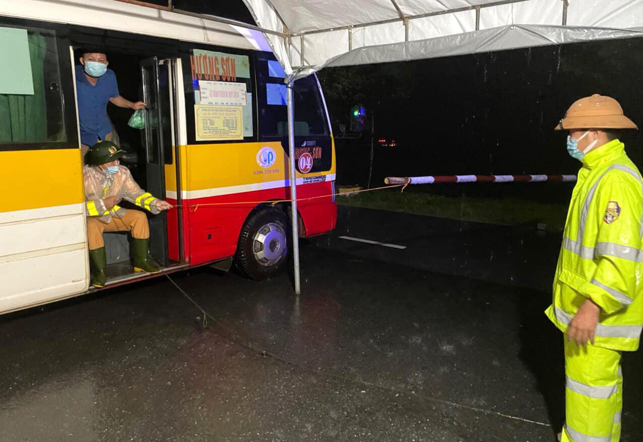 Các chiến sĩ công an làm nhiệm vụ đỡ vất vả, dầm mưa khi xe buýt được điều ra hỗ trợ