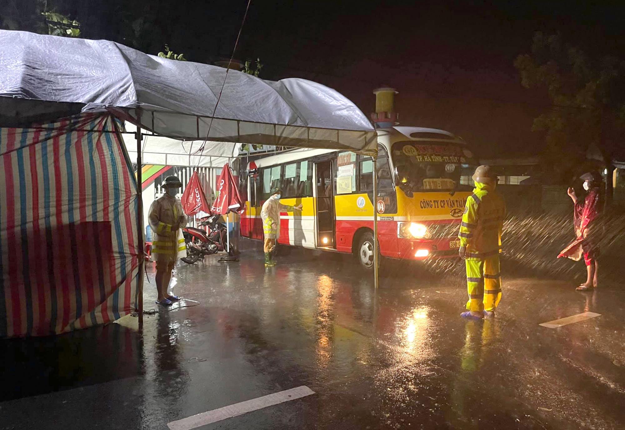 Lực lượng canh giữ chốt kiểm soát làm nhiệm vụ trong mưa lớn