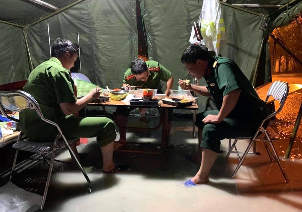 Bữa ăn vội tại chốt kiểm soát khi nước mưa đã ngập vào