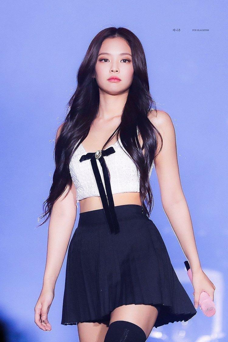 Jennie luôn có thể diện những bộ trang phục đơn giản với hình ảnh đẹp mê hồn của mình.