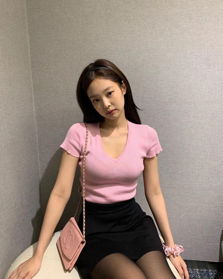 Không hổ danh là đại sứ toàn cầu của Chanel, thành viên Blackpink luôn biết cách ghi điểm khi biến hóa những bộ trang phục đơn giản thành outfix trẻ trung nhưng không kém phần sang trọng.