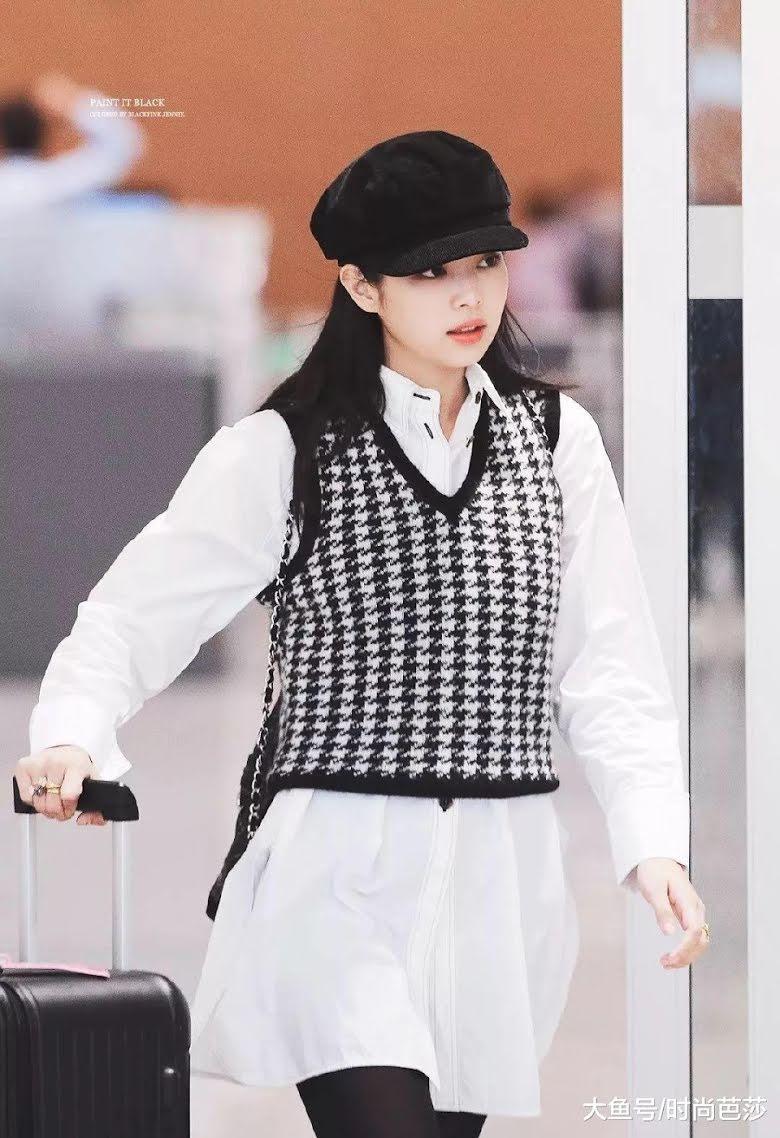 Jennie gây ấn tượng với kiểu phối áo len vest không tay.