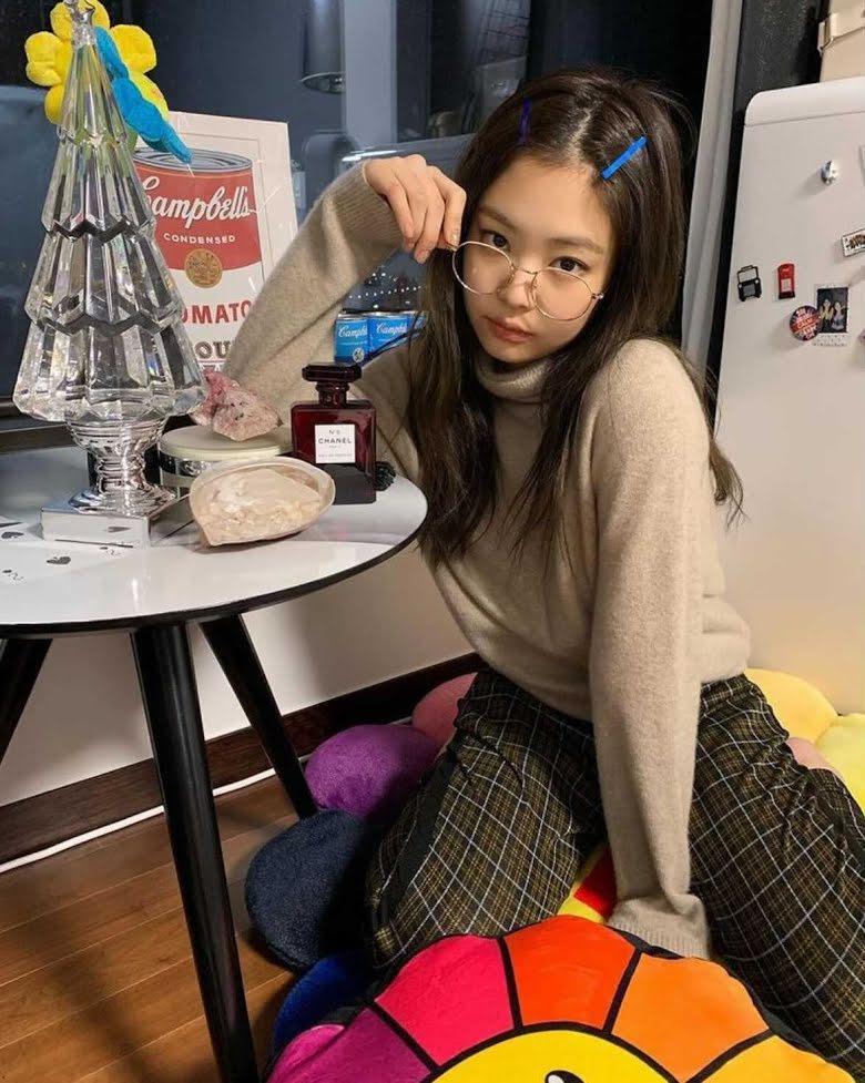 Những chiếc kính gọng tròn luôn là phụ kiện không thể thiếu của Jennie khi theo đuổi phong cách thời trang mang hơi hướng học đường.
