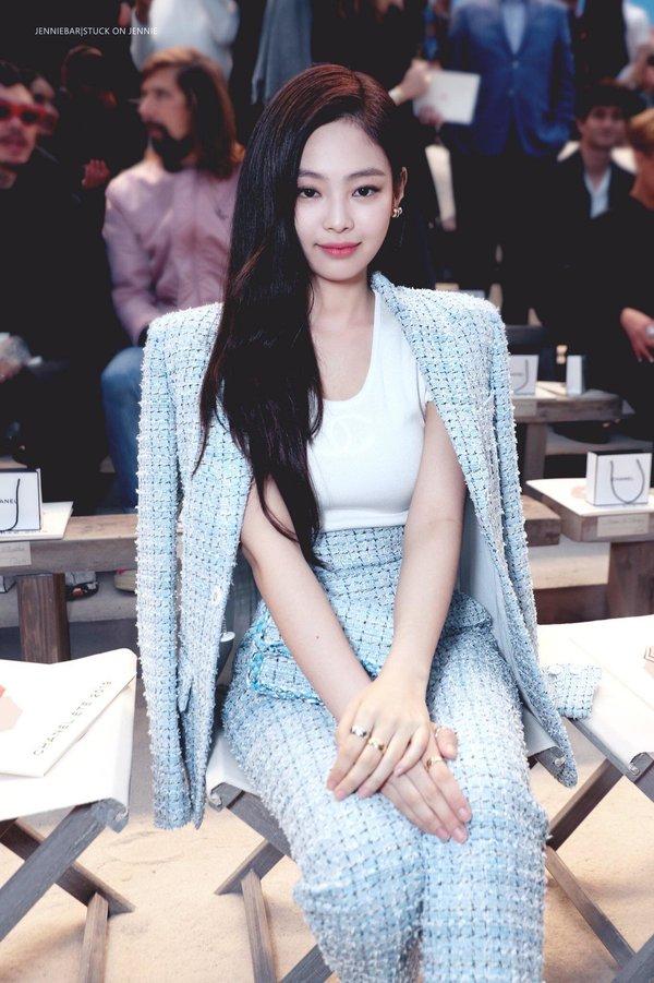 Bộ cánh vải tuýt kín đáo phù hợp với nha sắc trẻ trung của Jennie. Với những cô nàng công sở, nàng có thể kết hợp áo khoác ngoài kiểu cape, áo blazer…tạo nên vẻ đẹp thanh lịch, hiện đại..