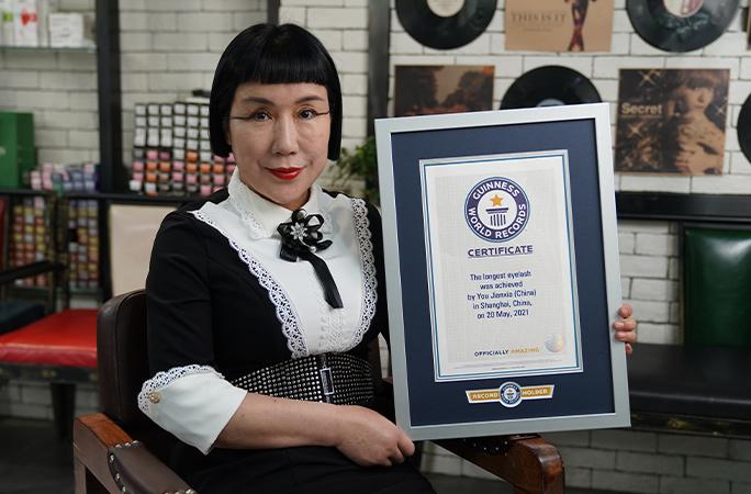Cô You Jianxia với tấm bằng chứng nhận do tổ chức Guiness Thế giới trao tặng - Ảnh: Guinness World Records