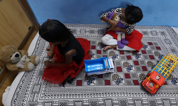 Hai chị em sinh đôi Tripti và Pari, mất cả cha lẫn mẹ do virus Covid-19, chơi với đồ chơi của họ tại nhà một người họ hàng ở Bhopal. Ảnh: Gagan Nayar / AFP / Getty Images