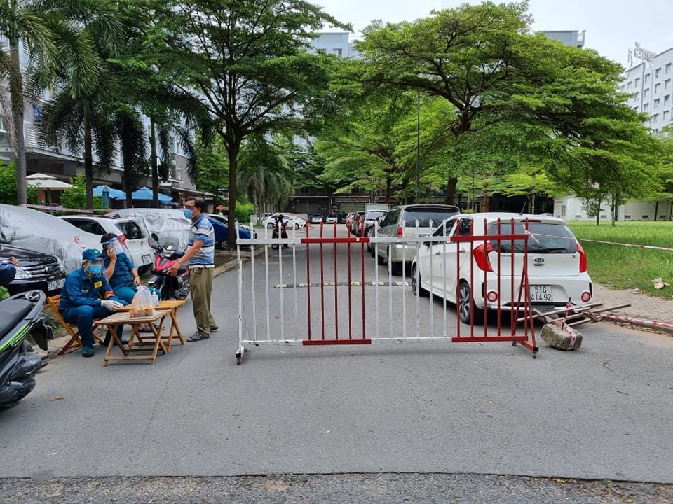 Lực lượng chức năng phong tỏa lối vào block A1, A2 chung cư Ehome 3.