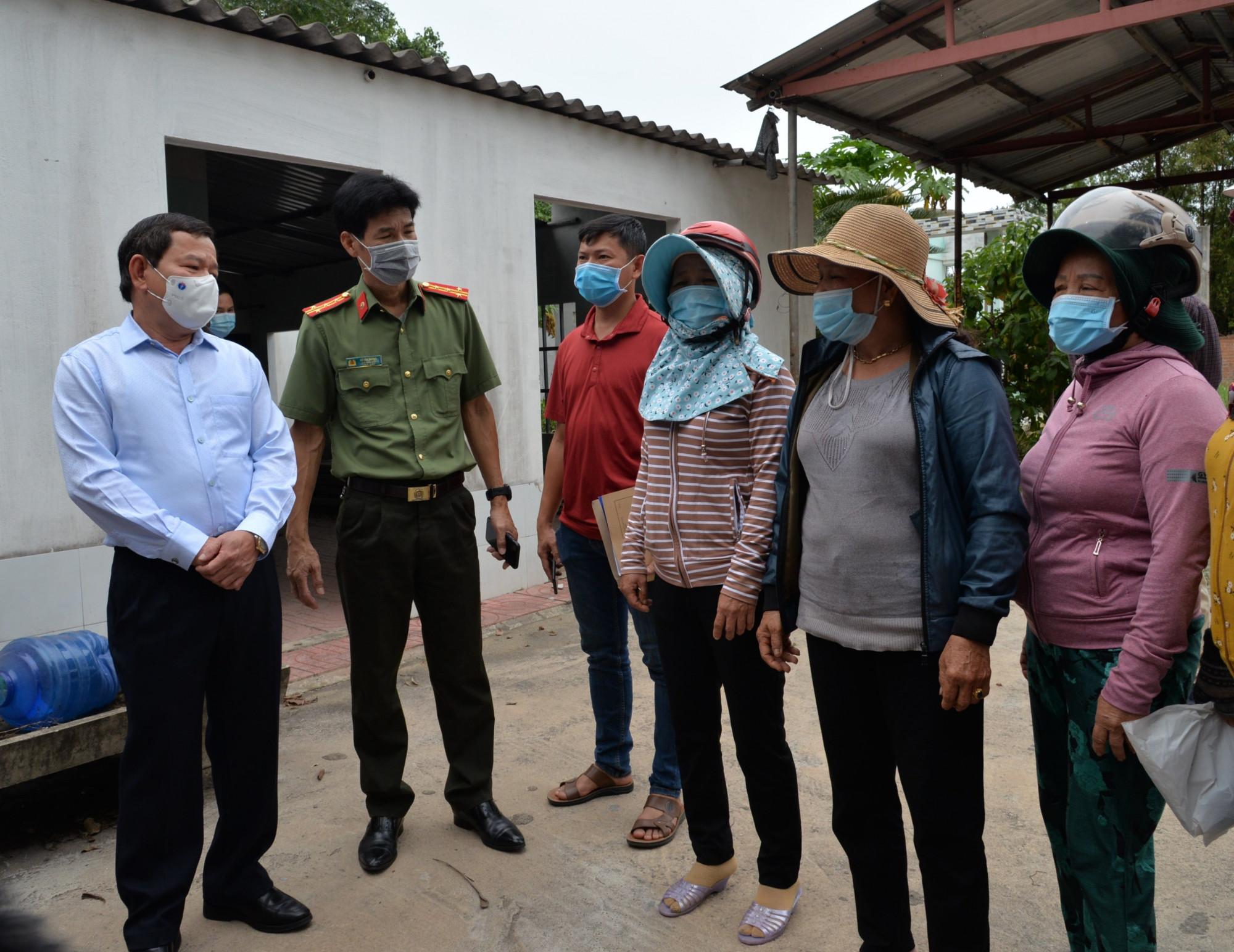 Chủ tịch UBND tỉnh Quảng Ngãi Đặng Văn Minh (ngoài cùng bên trái) đi kiểm tra tại nhà dân bị ảnh hưởng ô nhiễm môi trường