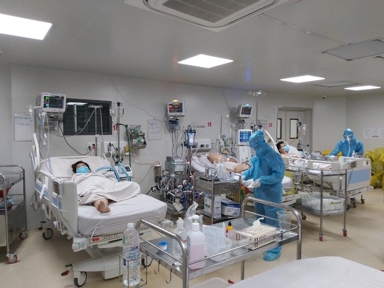 Nhân viên y tế BV Bệnh Nhiệt đới TPHCM chăm sóc cho bệnh nhân COVID-19