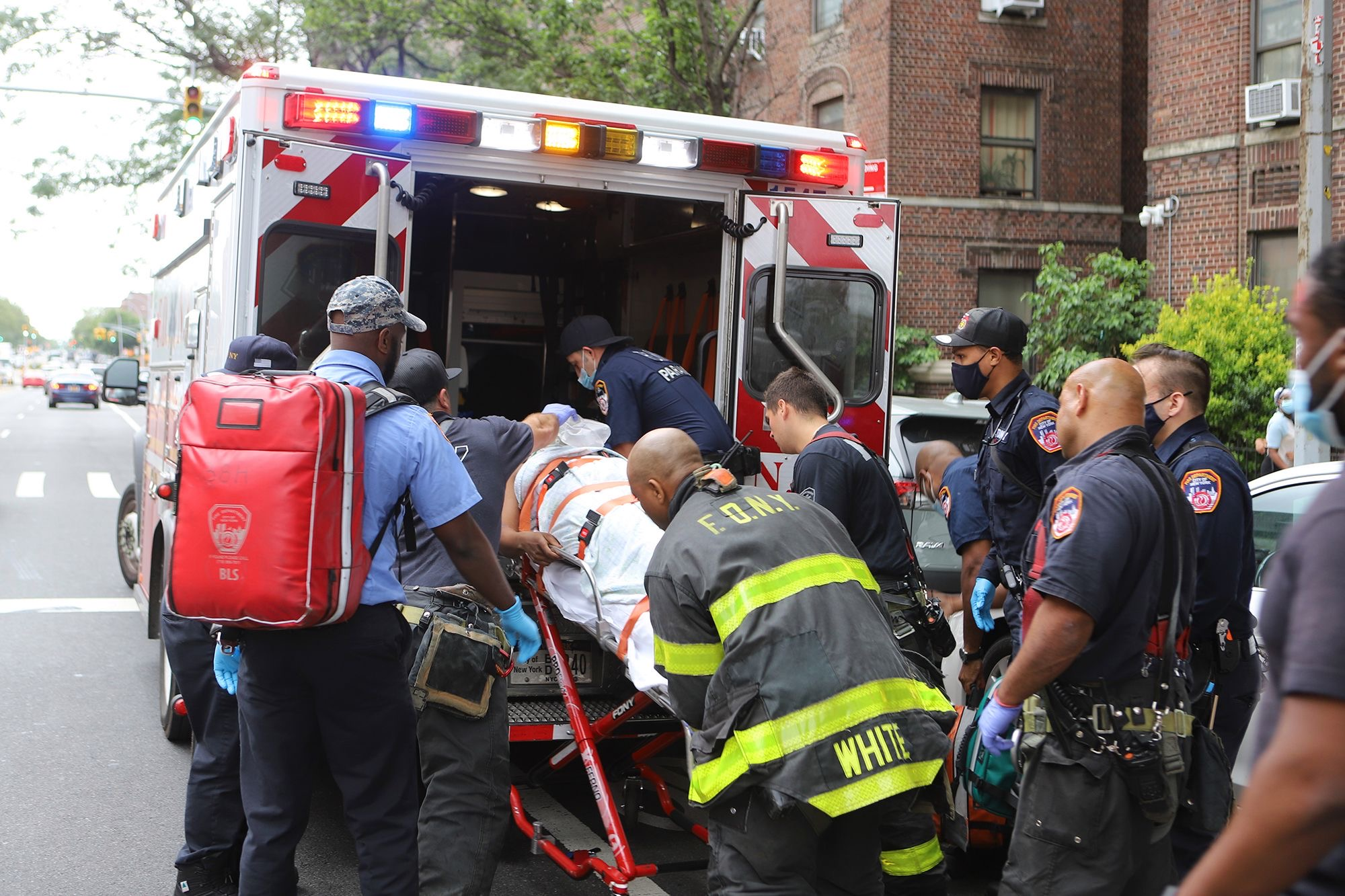 Cảnh sát đưa các em bé đi cấp cứu