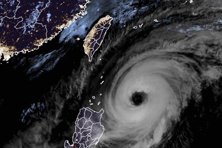 Các nhà khoa học khí quyển cảnh báo, hiện tượng nóng lên toàn cầu ngày càng khiến các cơn bão có sức tàn phá dữ dội hơn - Ảnh: The Straits Times