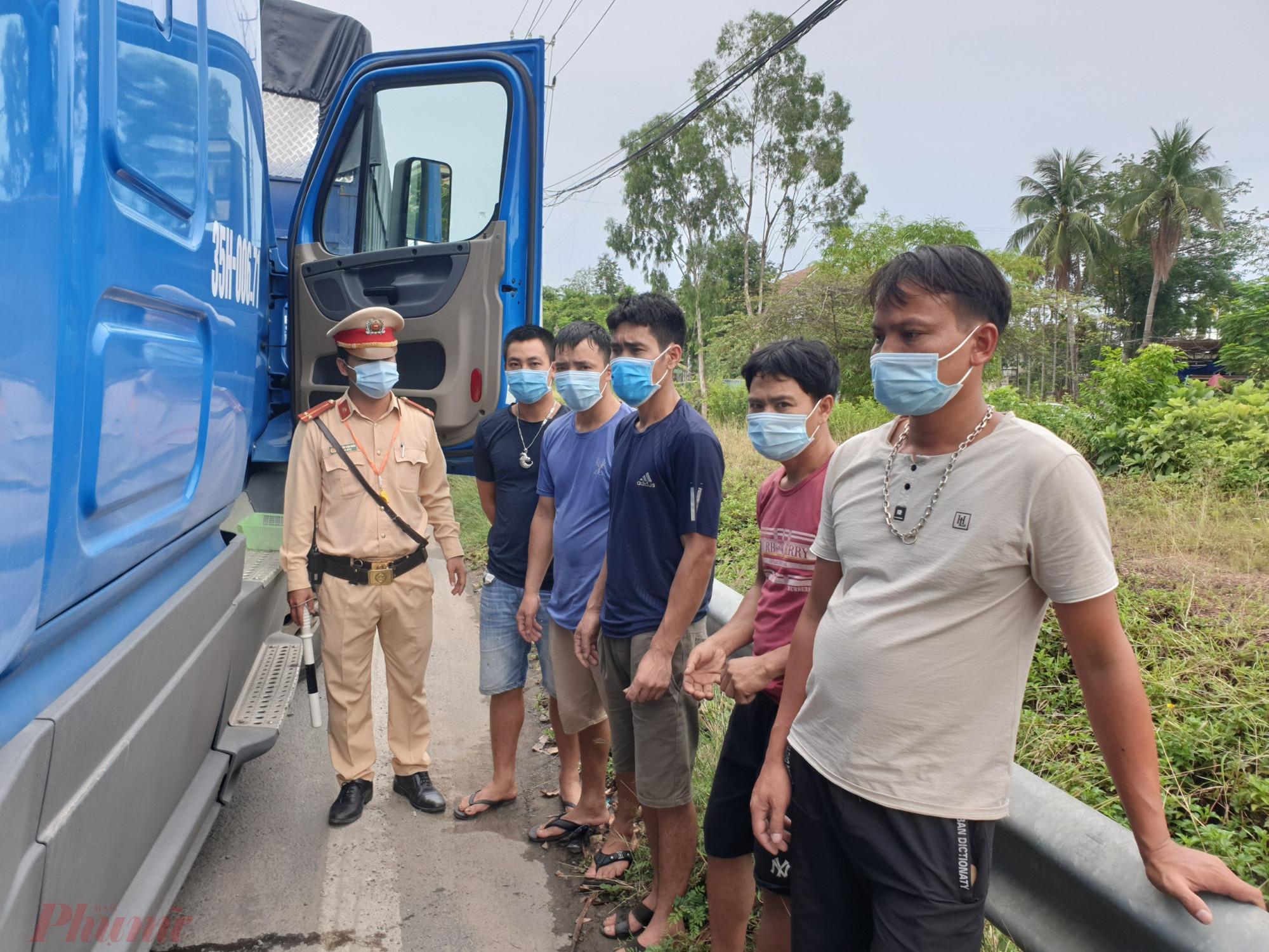 Những người trốn trong cabin được yêu cầu thực hiện khai báo y tế
